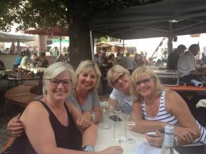 Petra, mit charmanter Unterstützung auf Weinentdeckungstour in Rüdesheim